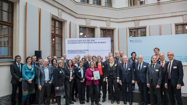 Gruppenfoto Stakeholder-Dialog Sprenstoffstrategie Wasserwirtschaft